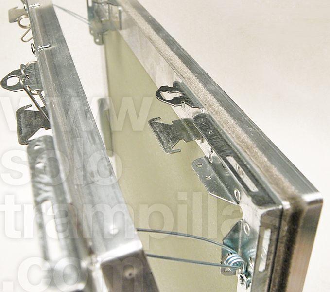 Trampilla de yeso laminado en placa de 15 mm, detalle de la apertura y visualización de sus mecanismos