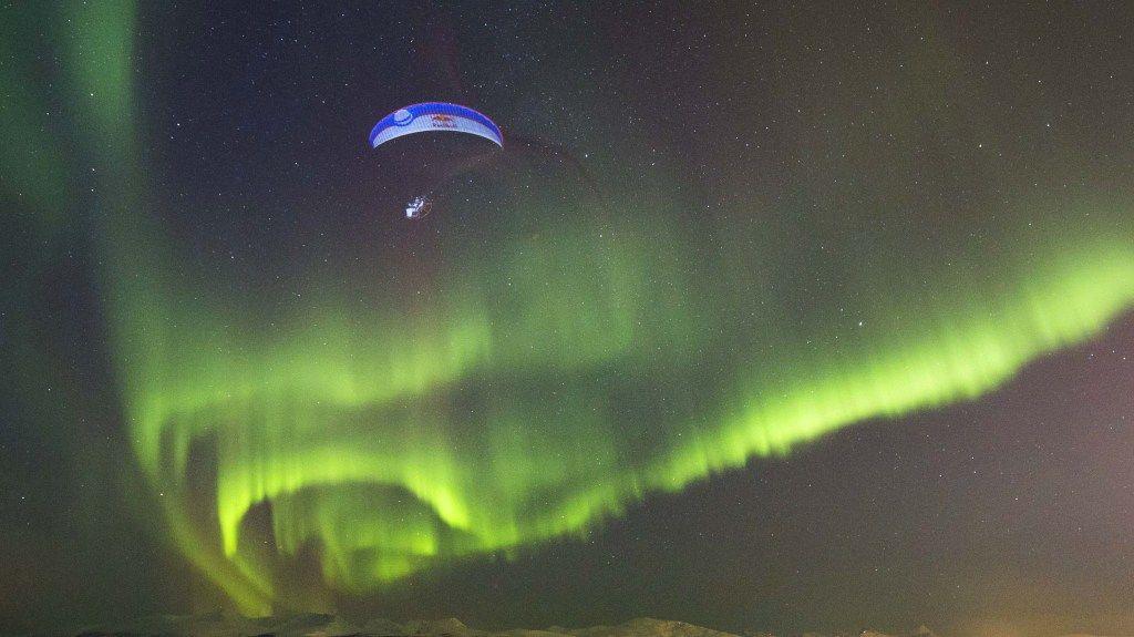 Du parapente en pleine aurore polaire en Norvège