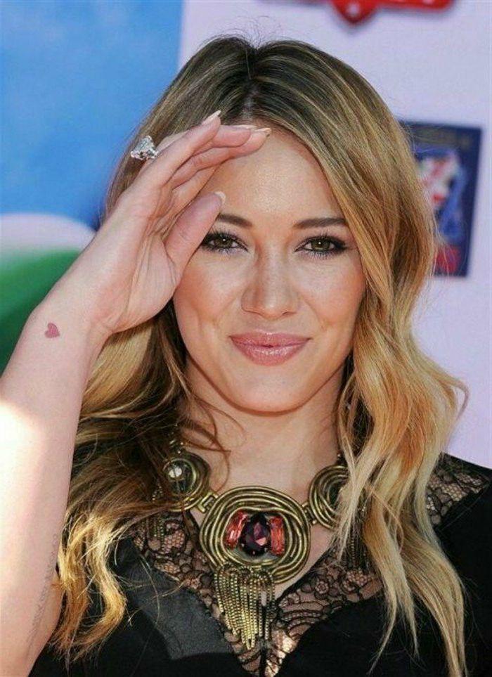 tatuajes-pequeños-mujer-nuca-corazon-rojo-bella-mujer-actriz-rubia