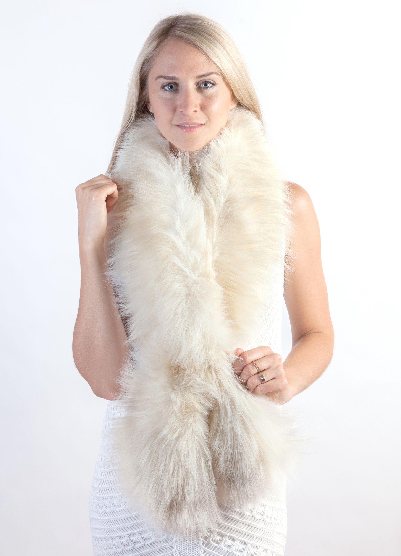 Lussuosa ed autentica sciarpa in volpe crema naturale. Questa sciarpa in pelliccia  naturale presenta un b13c3098b2fe