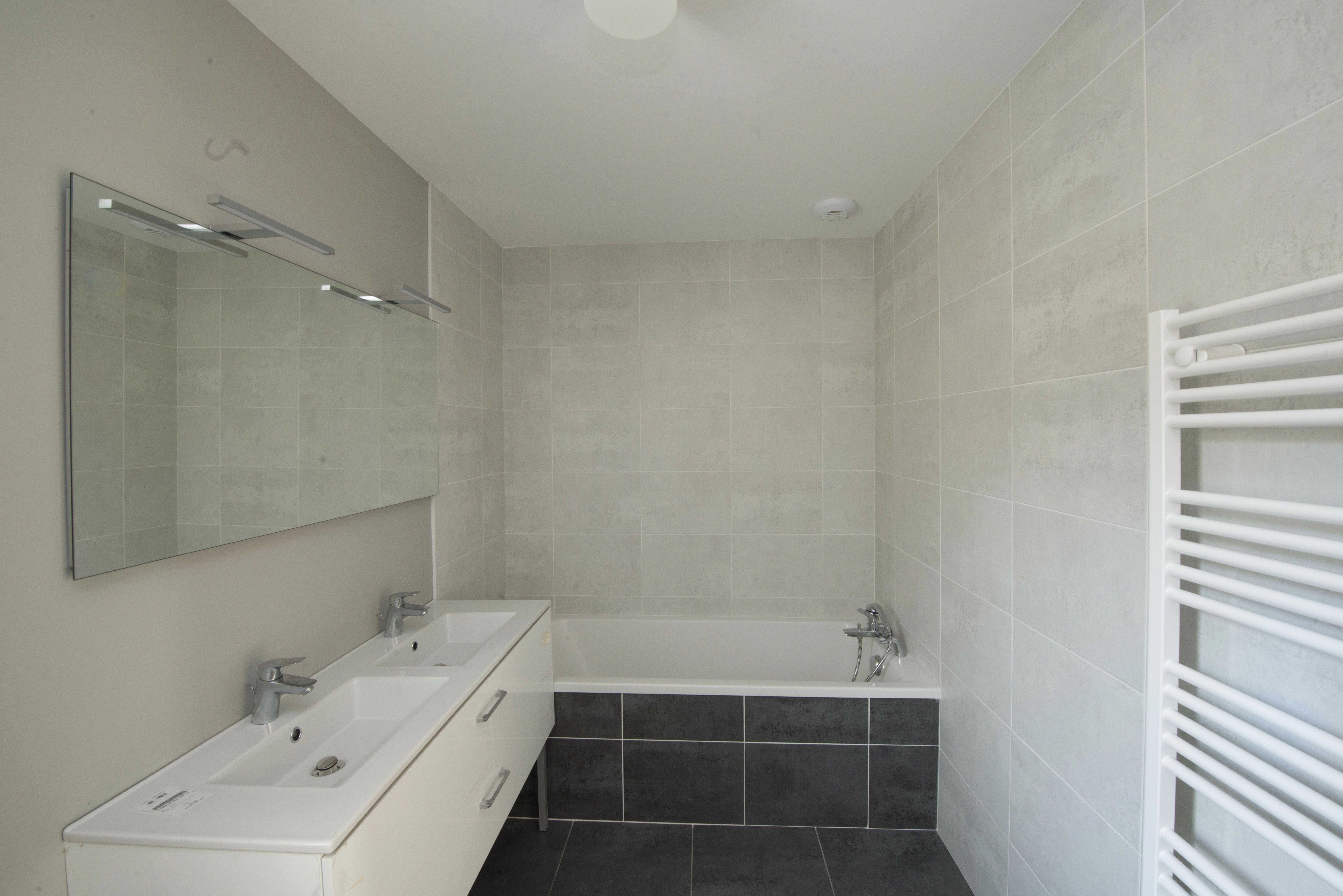 Type De Salle De Bain salle de bain de la maison témoin décorée, de type