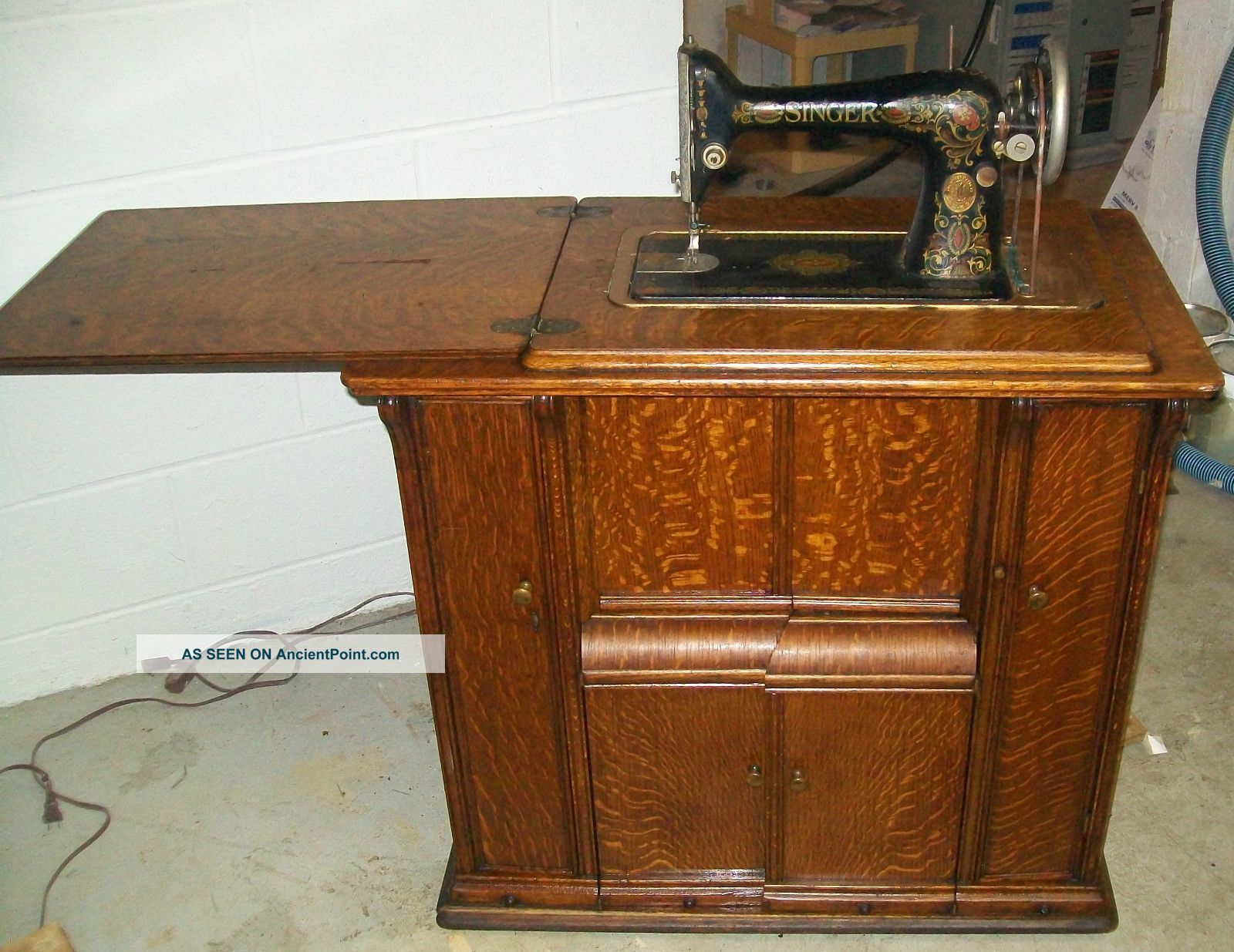 Delicieux 1920 Singer Sewing Machine And Parlor Cabinet, Model 66, Antique .