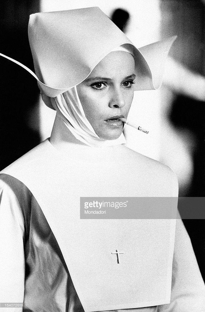 Den italienske skuespillerinde Laura Antonelli klædt sig som en nonne i-6875