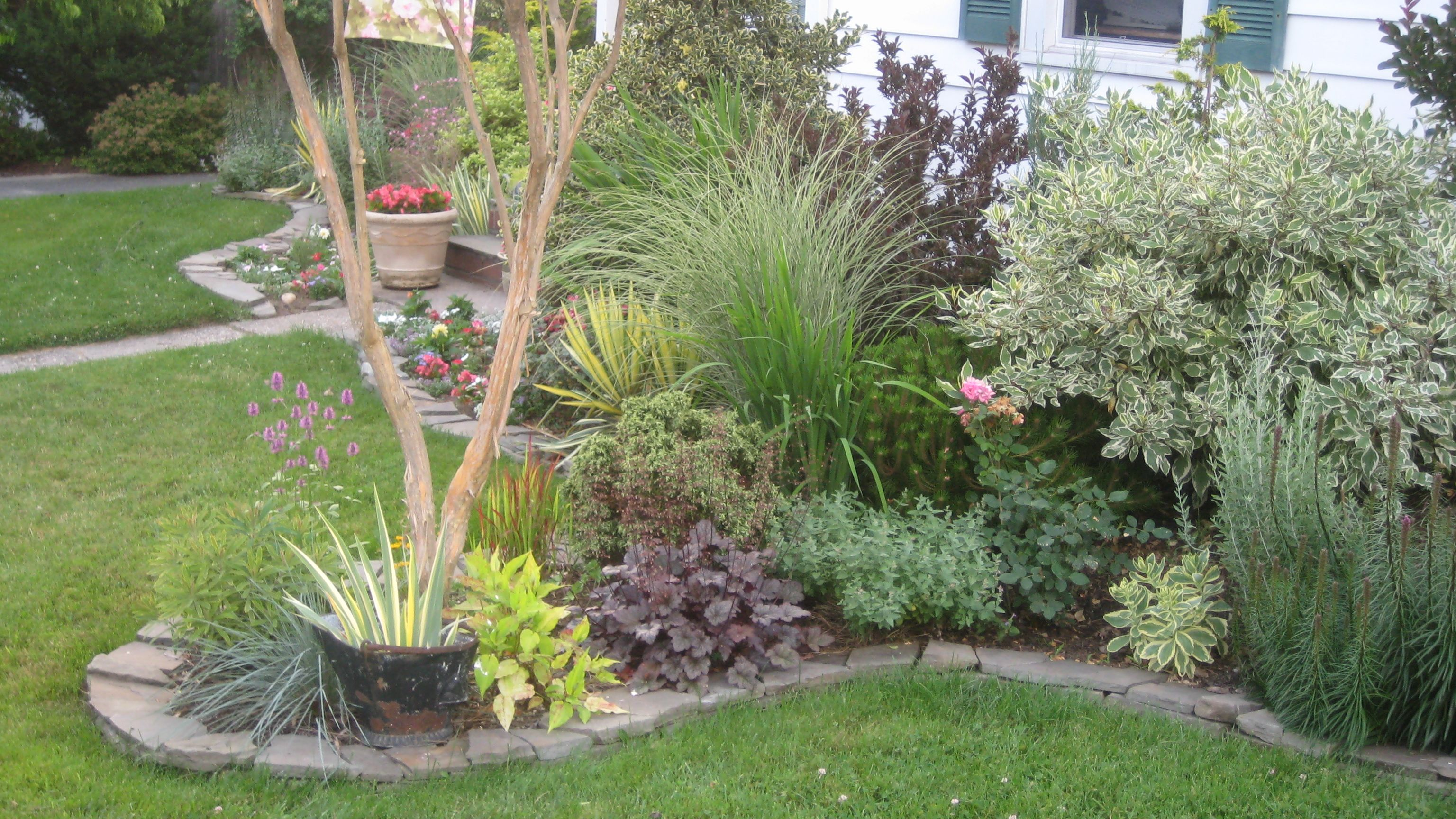 Dry stack stone wall edging garden design edging for Front yard edging ideas