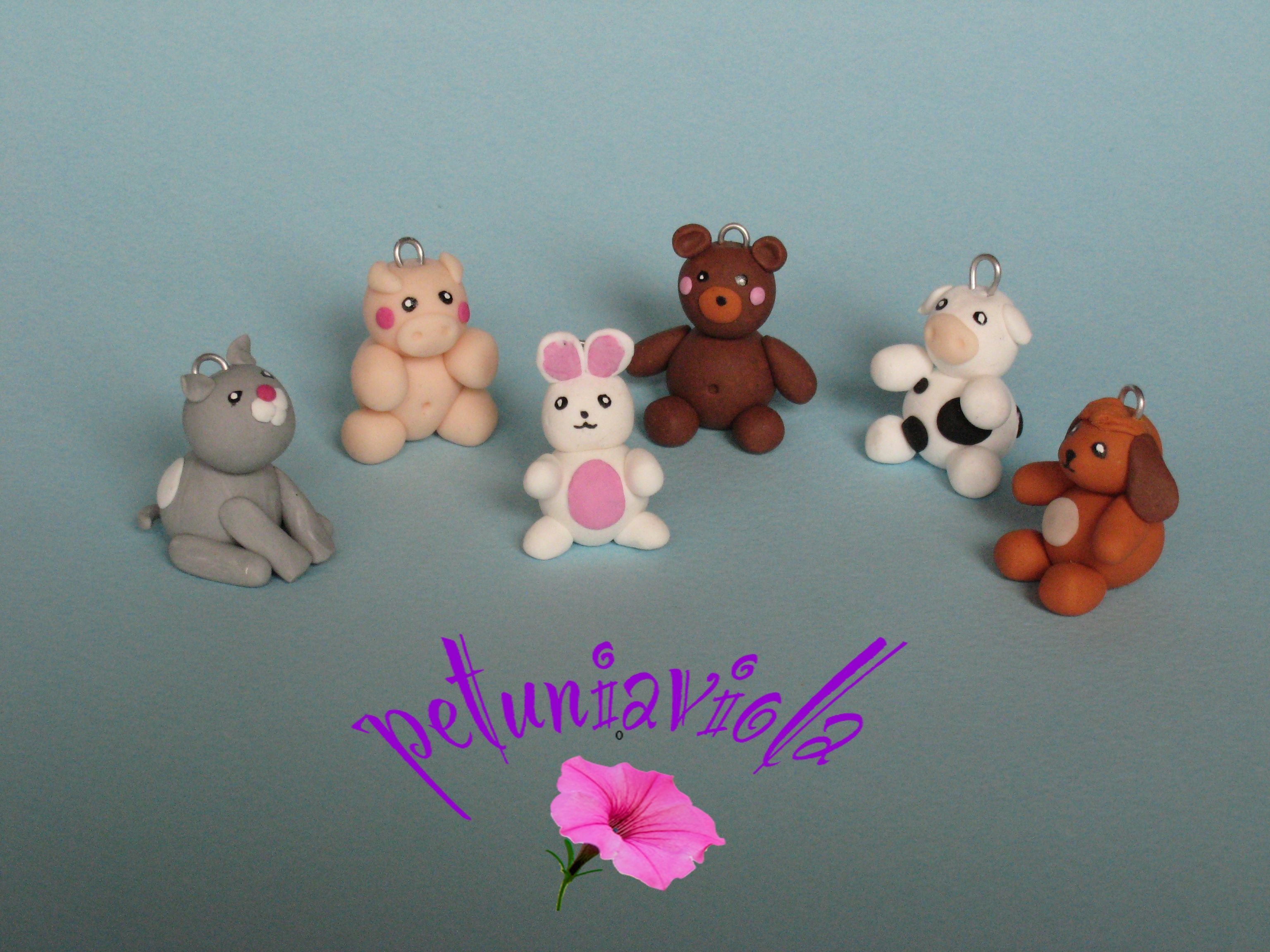 Animaletti realizzati a mano in fimo da appendere, ideali per bomboniere. Si possono acquistare su Misshobby. com.