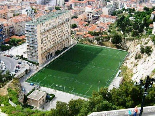 Aca Estan Los 10 Estadios Mas Insolitos Del Mundo Cancha De Futbol Campo De Futbol Futbol