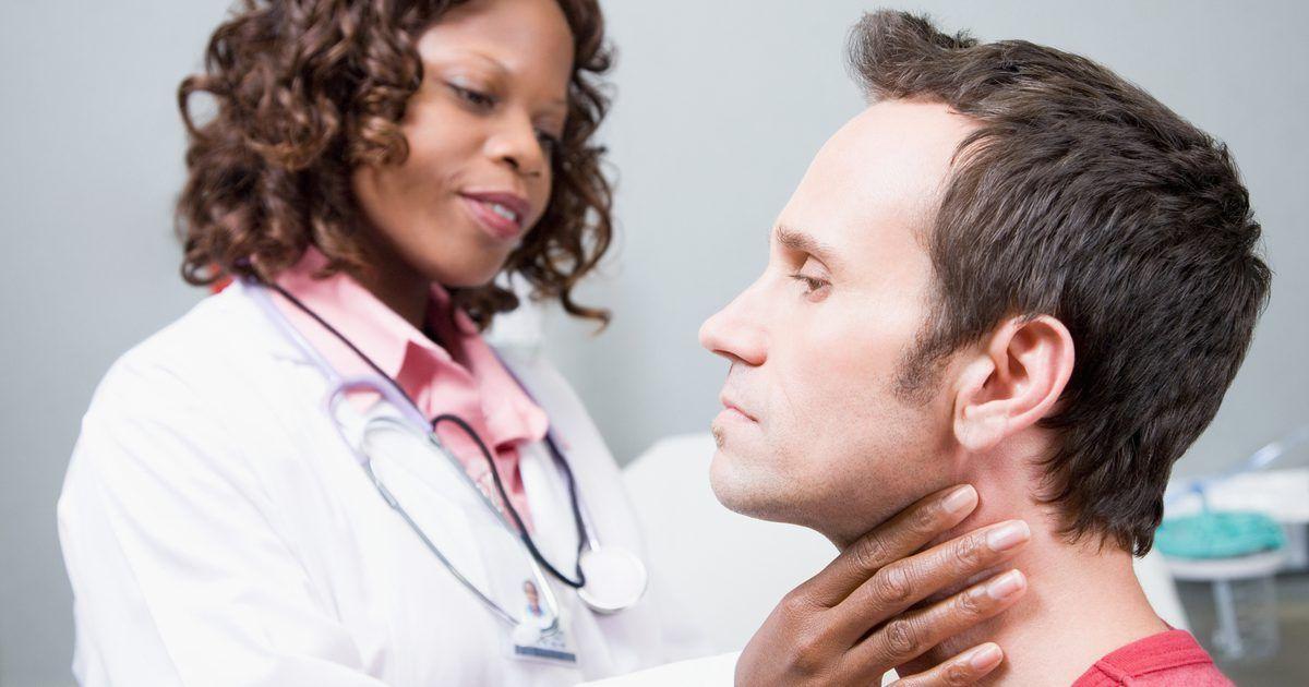Como impedir a garganta de ficar seca. Dores de garganta são uma verdadeira dor de cabeça para quem sofre de infecções ou irritação na garganta. Resfriados, infecção por estreptococos, consumo de álcool e fumo são causas comuns de dor e secura da garganta. A maioria dos casos de desconforto na garganta melhoram sozinhos em alguns dias, mas algumas infecções necessitam do uso de ...