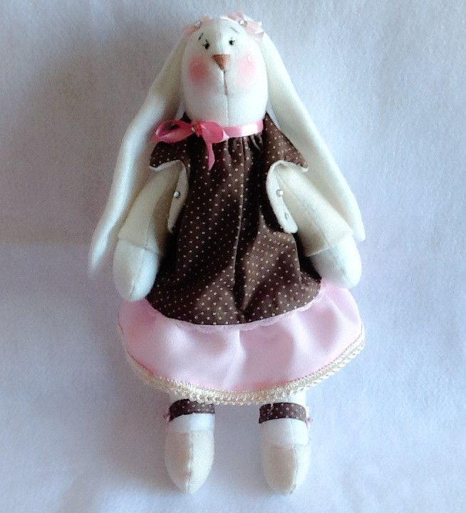 Coelha feita em tecido soft, enchimento siliconado antialérgico e tecidos variados como algodão e feltro. Um verdadeiro sonho!