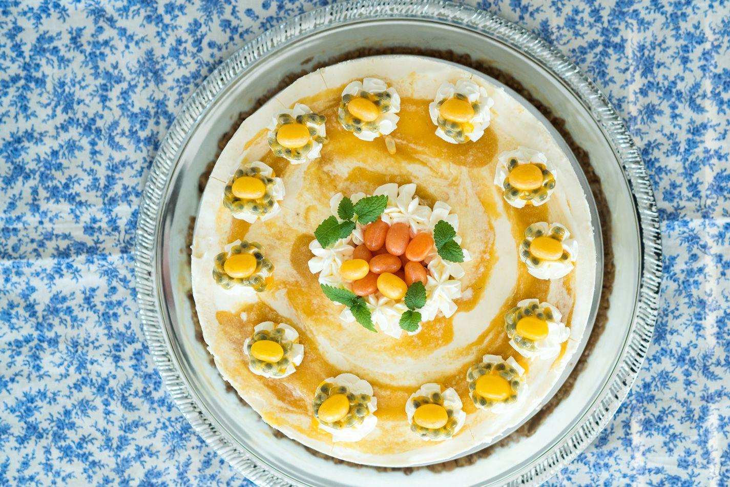 """Valkosuklaa-juustokakku.Tämä pakastettava valkosuklaajuustokakku on juuri sellainen """"no bake cheesecake"""" jota rakastan. Ainekset yhteen ja kakku pakkaseen odottamaan tarjoilua."""