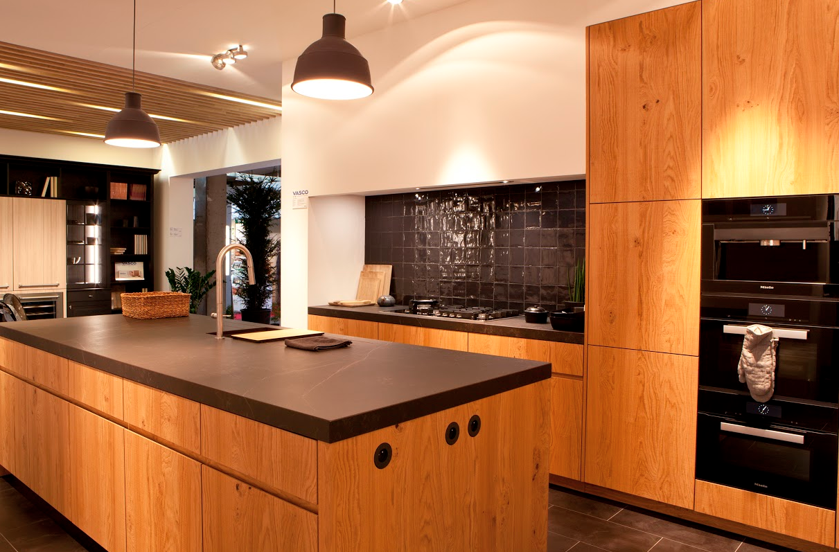 Hout in de keuken is trending! Denk aan een houten werkblad met voelbare nerfstructuur, een houten tafel, houten vloerbedekking of deuren in massief hout. Het wordt zelfs nog mooier met de jaren en voelt lekker warm aan.