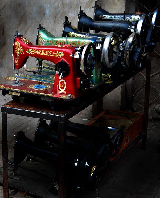Oltre 25 fantastiche idee riguardo vecchie macchine da - Mobili per macchine da cucire ...