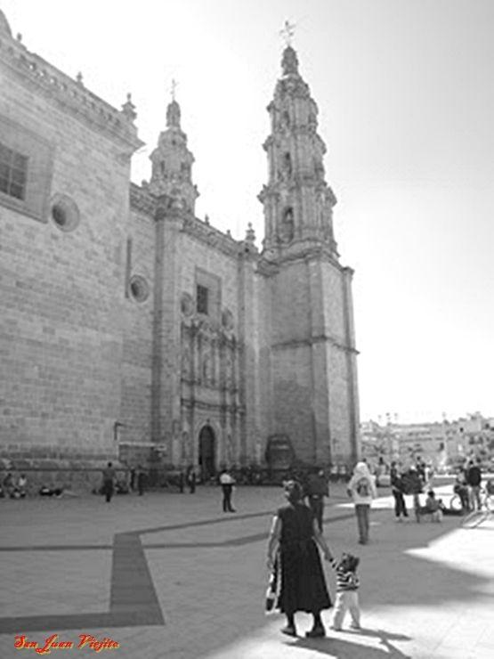 Catedral Basilica de San Juan de los Lagos Jalisco Mexico ... vista de atrio lado isquierdo semiactual