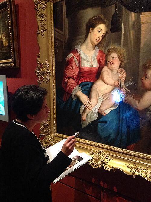 #ADayInTheLife #MuseumWeek Carmen Espinosa comprobando el bello Quellinus que va al #musée de Flandre de Cassel pic.twitter.com/y0Bd52lbvB