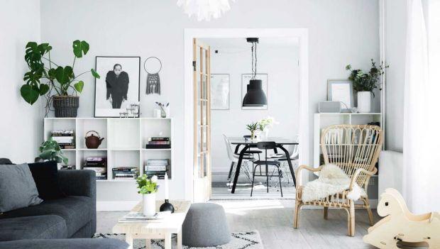 Fantastisk stue i nordisk stil med grønne planter, lysegrå vægge og ...