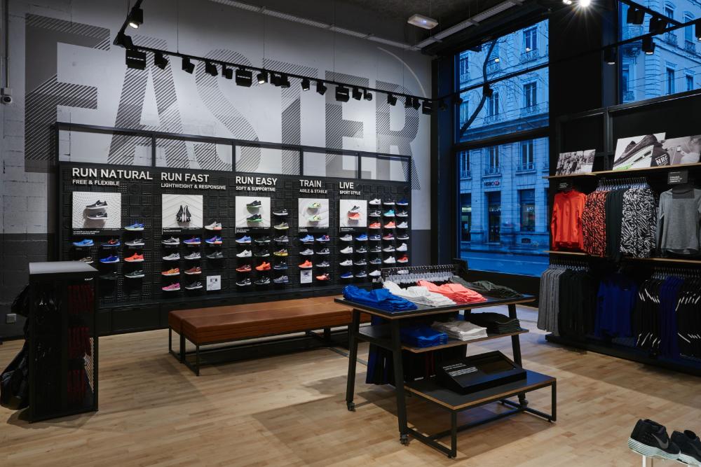 Vientre taiko Fraude Torneado  Nike Lyon - Confetti Reclame in 2020 | Retail interior, Design, Shoe store  design