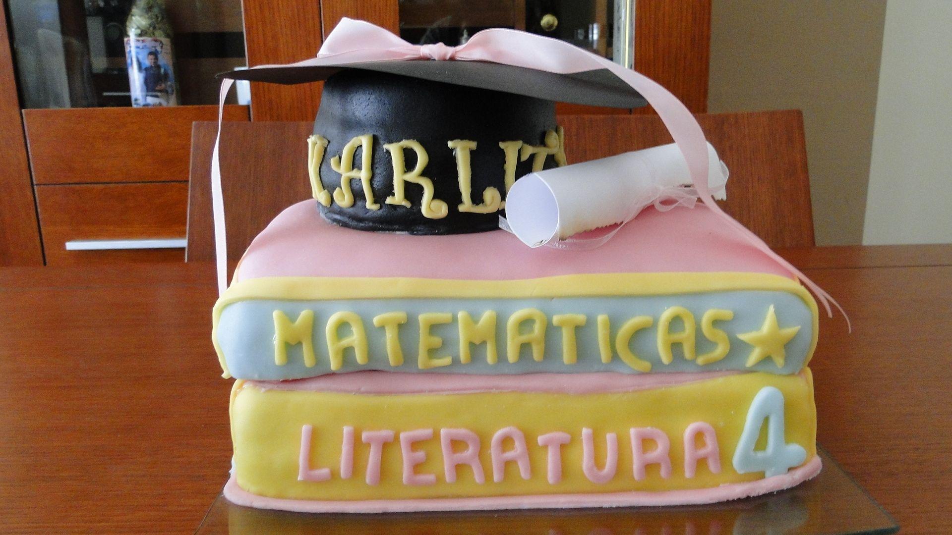 Una tarta para una graduada,es un pastel de chocolate y dulce de leche