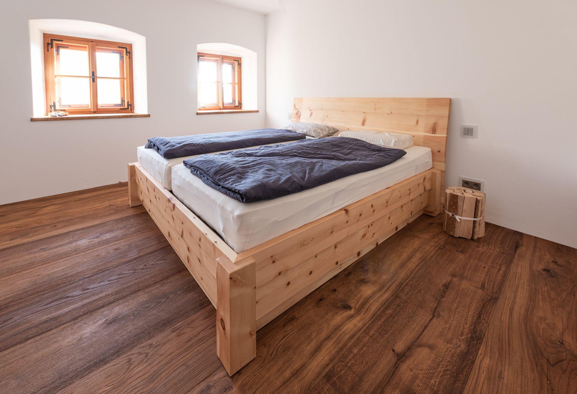 Massivholzzirbenbett Einfaches Haus Zirben Haus