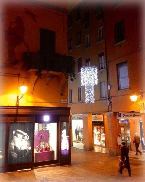 [gli amici di Iperbole fotografano] Il balcone di Lucio Dalla vestito a festa   foto via twitter di @PiazzaMinghetti