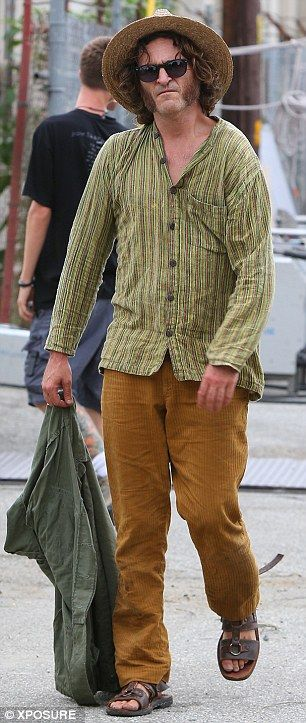 Scruffy Joaquin Phoenix Looks Down And Out Again And Yes He Definitely Is Acting This Time Baggy Clothes Costume Design Clothes