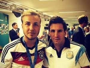Una fotito, Leo ? Mario Götze subió a Instagram la foto que le pidió a Messi después de la final, cuando lo encontró en la zona mixta. De esta manera muestra su admiración hacia la Pulga.