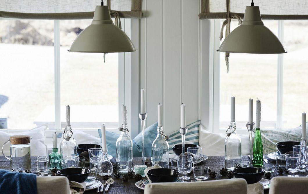 Rôzne fľaše a džbány tvoria ideálne svietniky na prestretom stole