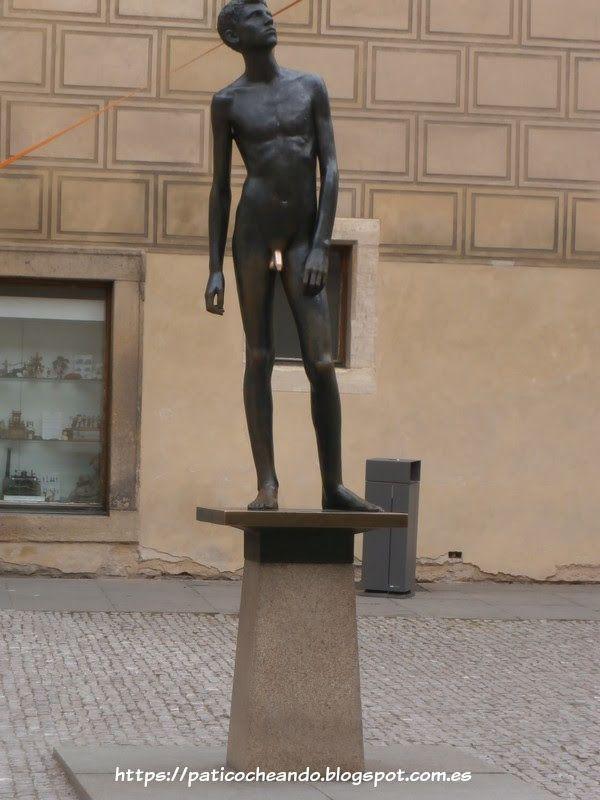 CASTILLO DE PRAGA –HRADČANY: Estatua de la Fortuna en la plza donde se encuentra el museo del juguete.  Se dice que tocar la pichurrina da suerte, pues si hay que tocarla, se toca...