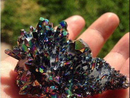 Algún día te ofrecen la oportunidad de conocer una de estas piedras o minerales, mejor mantente alejado. Arsenopirita: Este mineral es muy a menudo confundido con el oro, si se calienta, puede llegar a emitir un gas letal. Y si lo tocas, tus manos que
