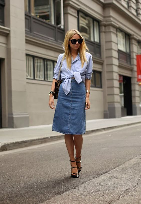 Cansada de usar a camisa da mesma forma? nozinho na barra já! O truque fica perfeito com saia midi de cintura alta, para um look cool, elegante e feminino. Copiei, amei, viciei! A saia midi jeans que você procura pode estar aqui -https://goo.gl/8VQ5qj