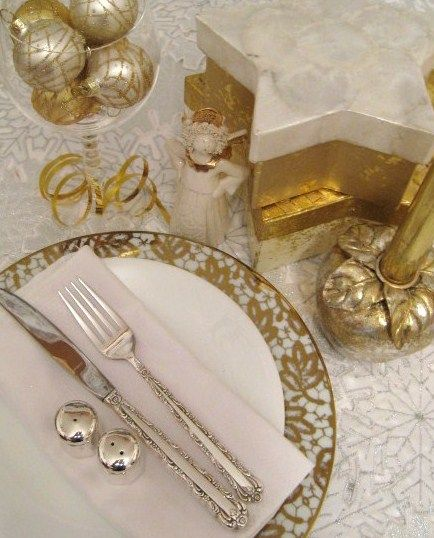 white and gold christmas table settings