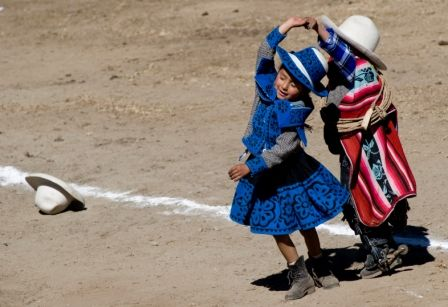 Niños chumbivilcanos bailando