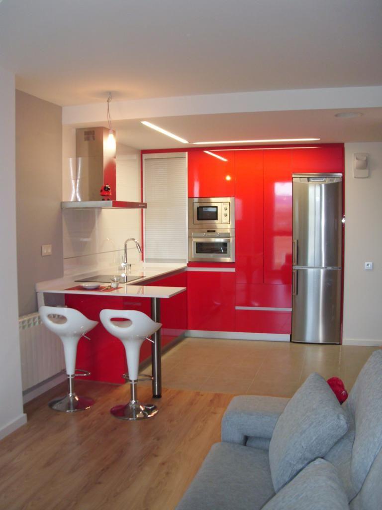 Estratificado en color rojo y gola en aluminio, cuenta con una practica persiana en el rincón de Exclusivas Zabaleta. #cocinas #g10muebles