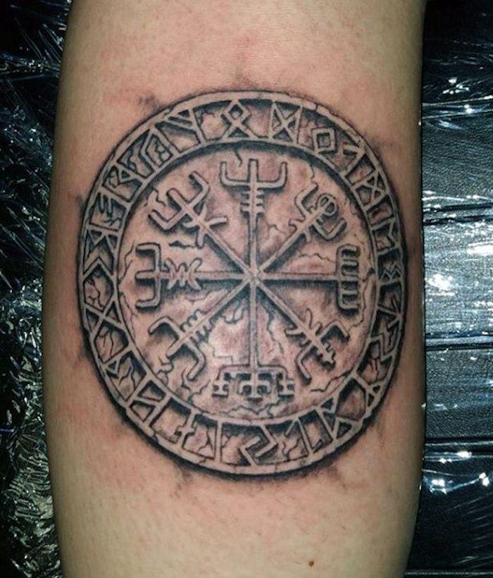 rune tattoos arm t towieren rundes armtattoo in schwarz. Black Bedroom Furniture Sets. Home Design Ideas