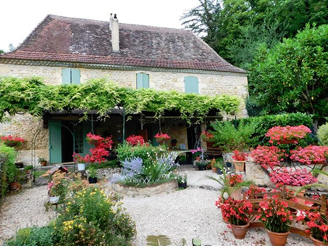 How About This For A Front Garden Do You Like Gardening In France See This Pretty Dordogne Property On The Ma Front Garden French Property Small Gardens