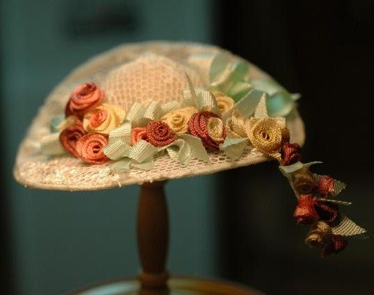 Very detailed, well-illustrated, step-by-step tutorial for this lovely hat Source: La Petite Belle Patterns