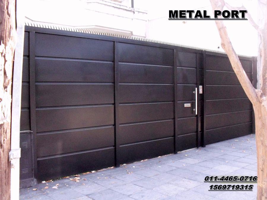 portones corredizos de metal y madera con puerta incorporada