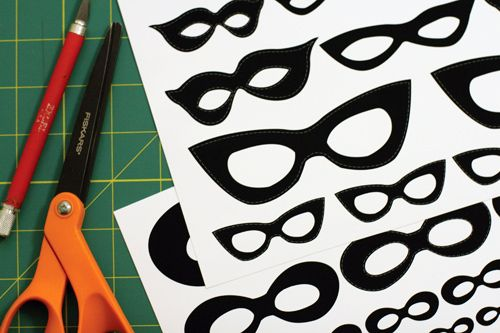 DIY - Free mask printables for photos (Source : http://www.designsponge.com/2011/10/diy-project-vintage-halloween-masked-portraits.html)