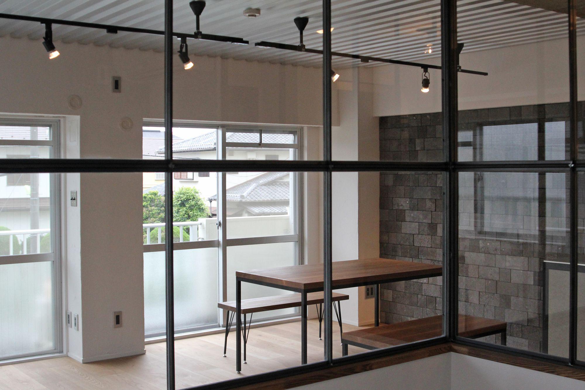 スチール天井 アイアンフレーム窓 溶岩石タイル の三拍子 室内窓