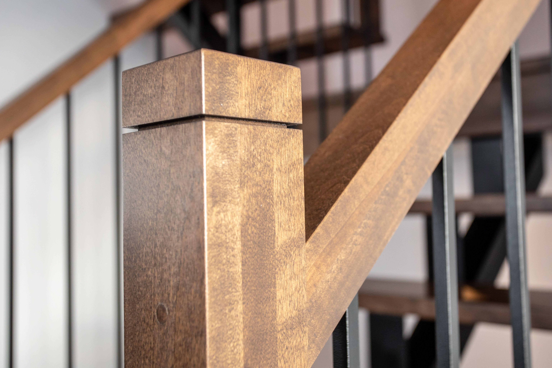 Espacement Entre Barreaux Garde Corps poteaux de bois franc sur escalier avec limon central et