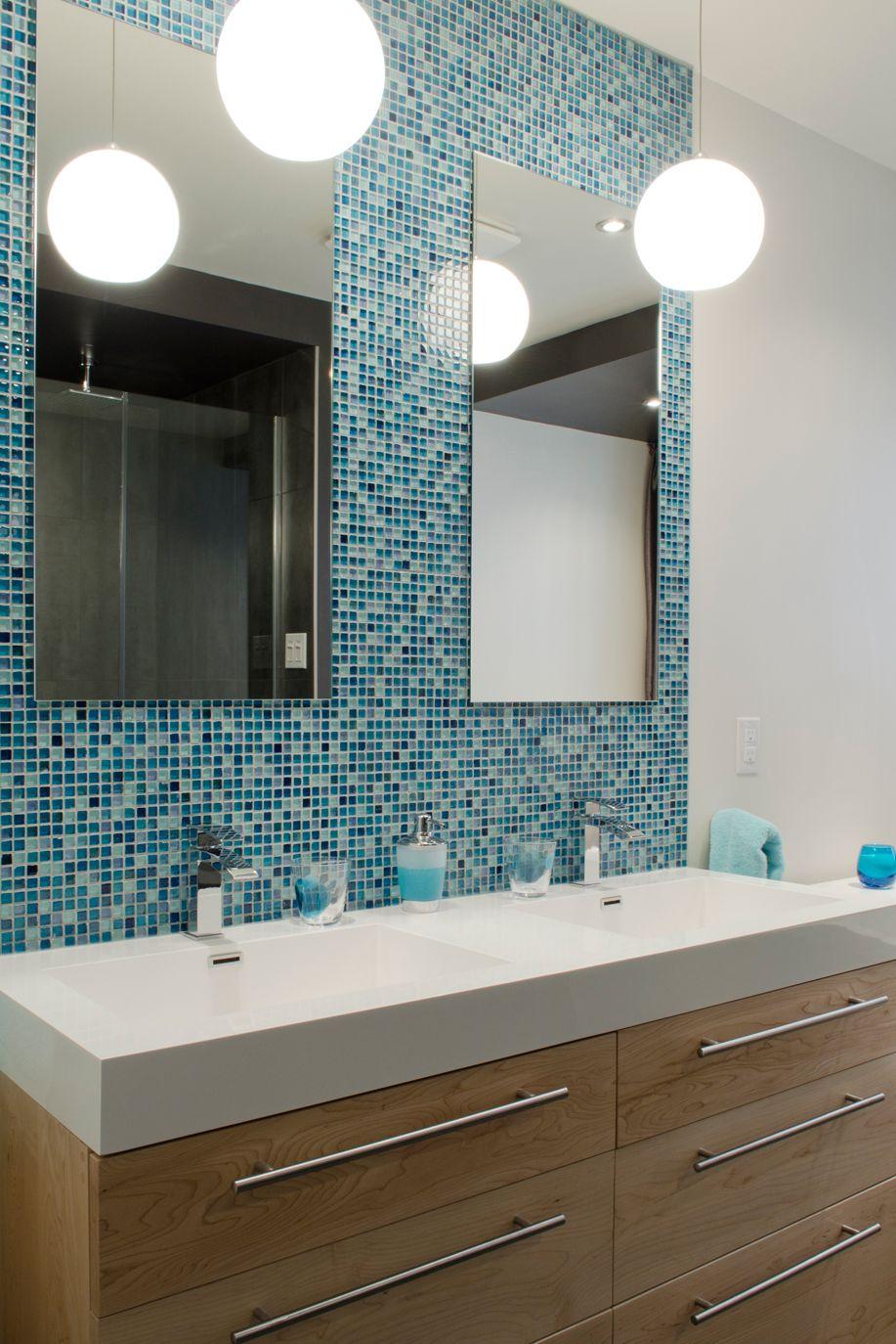 Blue glass tile and wood bathroom. Aqua par Chantal Gingras ...