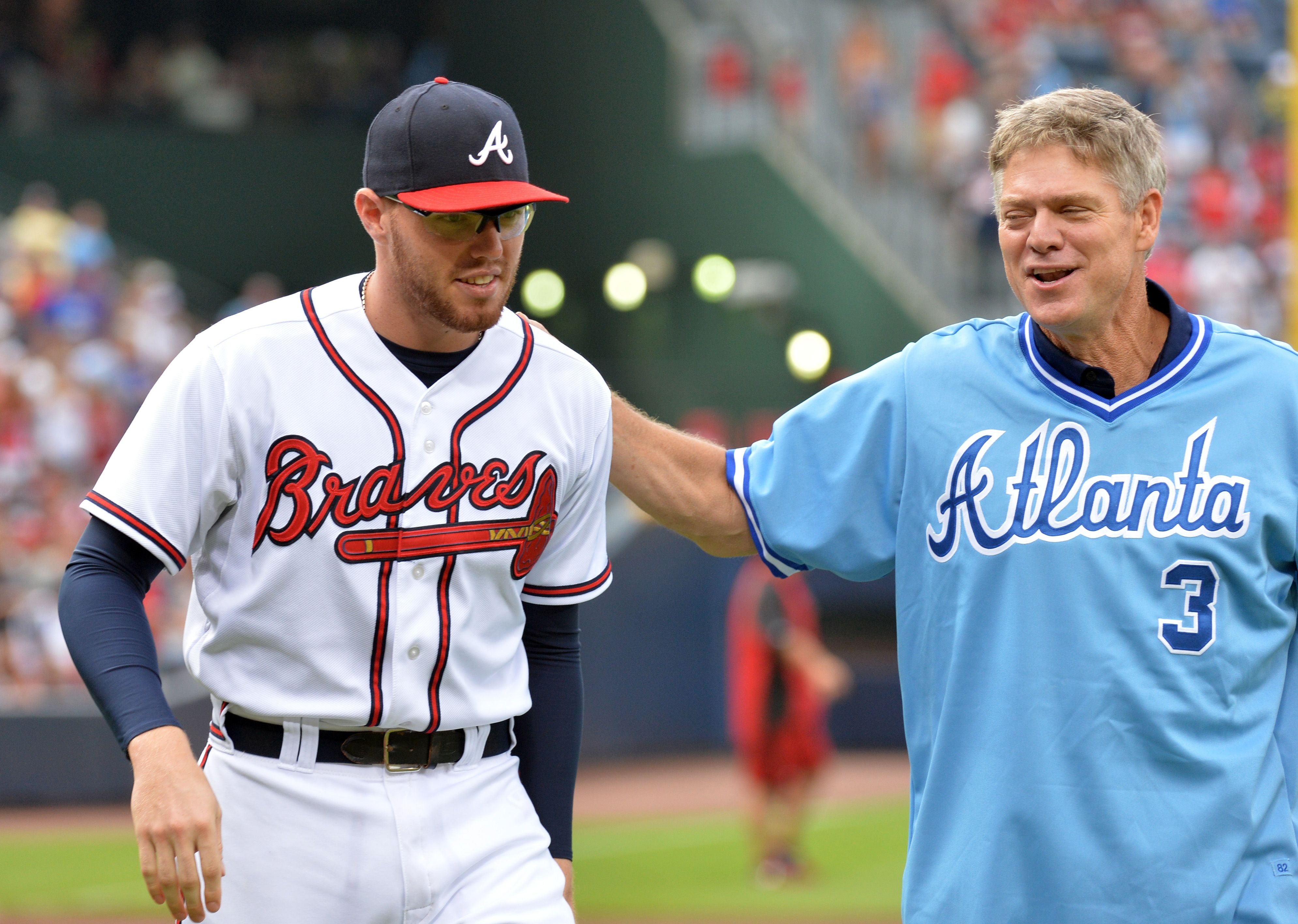 Dale Murphy And Atlanta Braves First Baseman Freddie Freeman Left Walks Back To Dugout After Murphy S Cele Atlanta Braves Game Braves Atlanta Braves Baseball