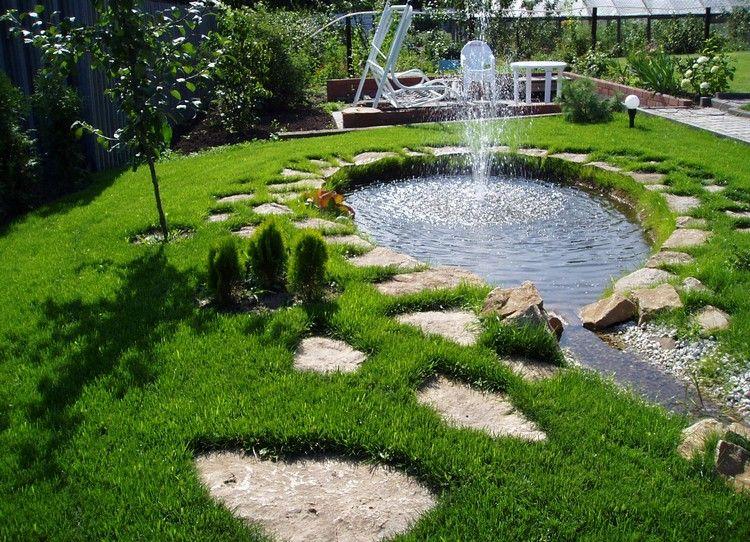 bassin de jardin asymétrique avec jet d\'eau et pas japonais, pelouse ...