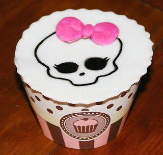 Cupcake decorado com a caveira símbolo da Monster High!