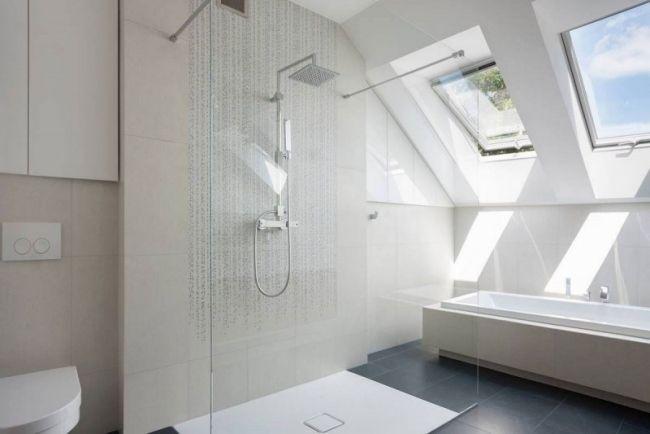 Minimalistisches Bad Dusche Bereich Glaswand Dachschräge Fenster