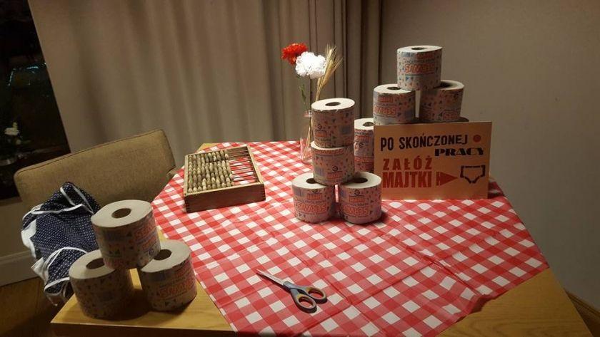 Znalezione Obrazy Dla Zapytania Impreza W Stylu Prl Dekoracje Gift Wrapping Gifts Cafe