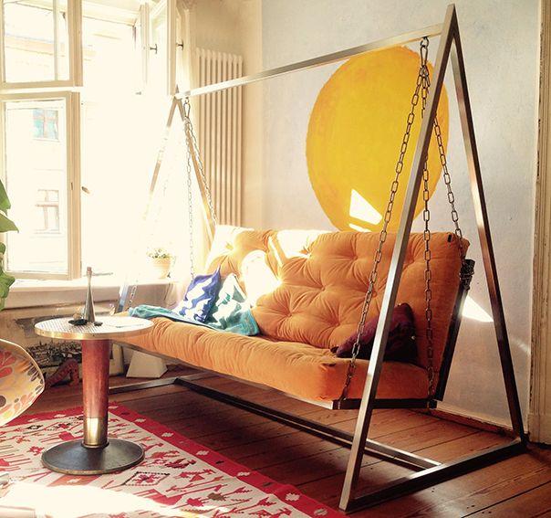 """Manchmal werde ich gefragt, passt das Schaukelsofa in ein kleines Wohnzimmer? Ja, es kann sich einfach hervorragend anpassen, wie man auf diesem Foto sehen kann. Das schwingende Sofa """"swing+dream"""" von mobiliar+design mag zwar am liebsten einen sonnigen Platz am Fenster. Doch wenn man diese Möglichkeit nicht hat, fügt es sich überall im Raum ein und schwingt sanft seine glücklichen Besitzer. Das Sofa kann individuell, ganz nach eigenem Geschmack, Vorstellungen und Wohnstil mitgestaltet…"""