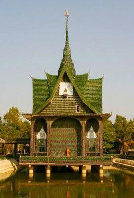 O que você faria com um milhão de garrafas de cerveja vazias? Os monges budistas da província de Sisaket, na Tailândia, aproveitaram para construir um templo. Isso mesmo, eles coletaram as garrafas de vidro na comunidade, localizada a 640 km de Bangkok, na Camboja, e reaproveitaram todo o material que iria para o lixo.