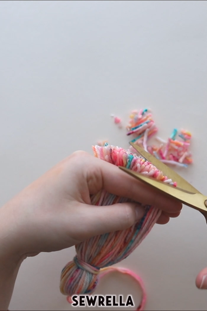 , DIY your own yarn tassel with a book, yarn and sharp scissors. This DIY craft is easy and quick and can be used in tons of other crafts! #DIY #Tassel, งานฝีมือในการขายบล็อก, งานฝีมือในการขายบล็อก