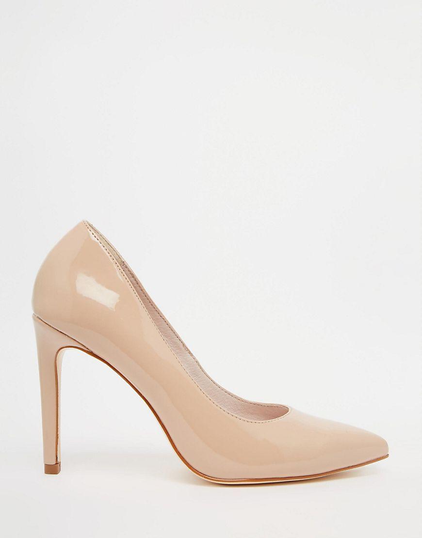 Imagen 2 de Zapatos de salón de charol en color nude Carey de Faith ... d987911f5b33