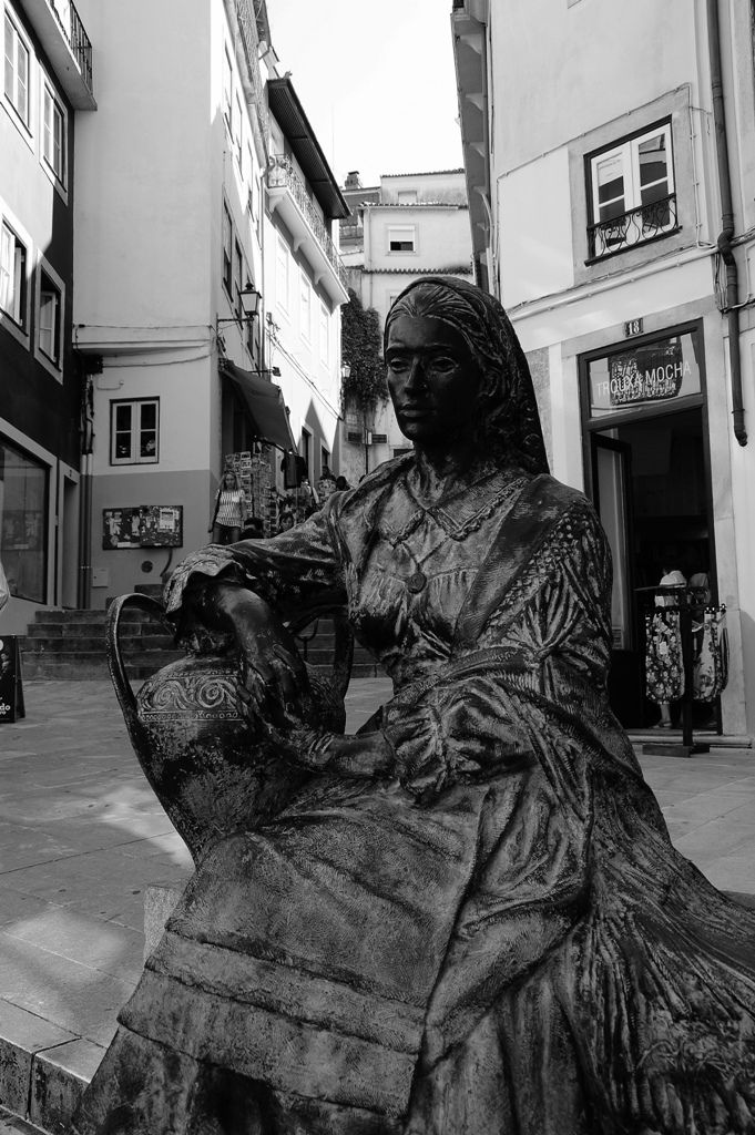 Coimbra, Almedina - Senhora com jarro