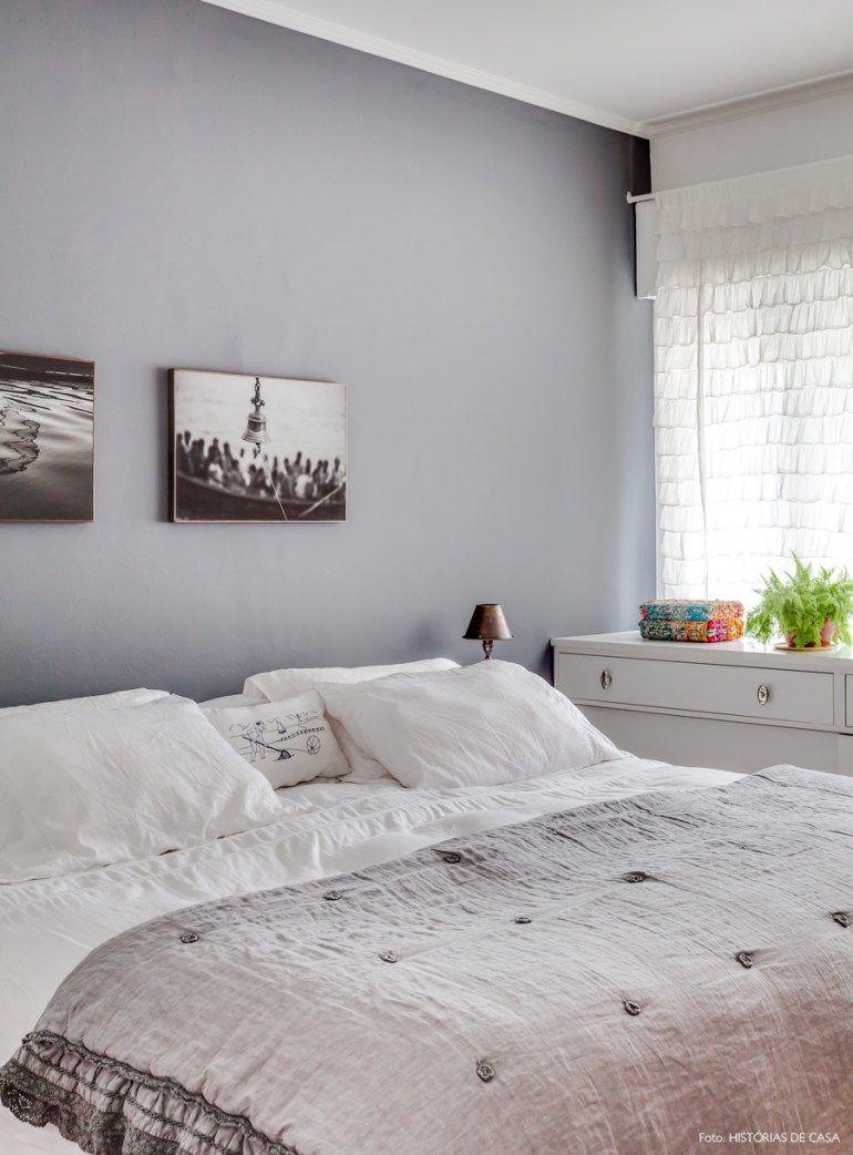 Quarto de casal com parede e roupa de cama cinza. f23e029df2e45